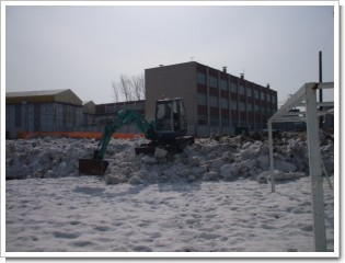 東光中学校グランド雪割り
